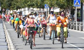 L'acolorida bicicletada de la «Cambrils Fancy Women Bike Ride» recorre la façana marítima del Port